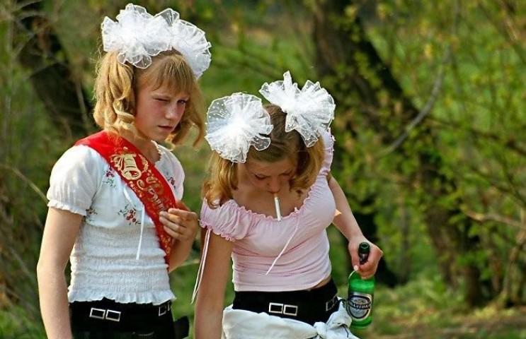 Страшная мода на выпускном. Одноклассники и учителя запомнят этих модниц на долго.